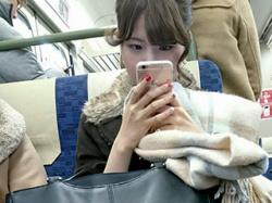 電車に座ってるお姉さん方の下半身に照準を合わせてスマホで隠し撮りしてる画像まとめ→45枚!の画像