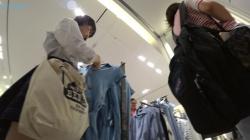 超くい込みパンツ履いてるJKさん、買い物中の無防備スカートをガッツリ逆さ撮りされてしまう!の画像