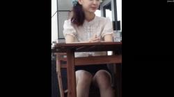 テラスでお茶してる女子アナ風の綺麗なお姉さん、お喋りに夢中でパンツ丸見えの盗撮映像を入手!の画像