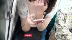 電車でスマホいじりしてる女さんの無防備な胸チラ!頭上からのアングルで乳首まで隠し撮り成功!の画像