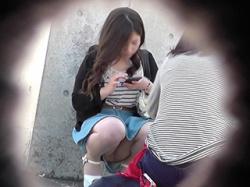 街で隠し撮られた素人女さんのエロい下半身まとめ!神回→座り込み正面パンチラが大量に集まる!の画像