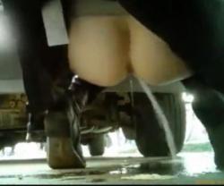 車の陰で限界野ションする海外のおねえさん。勢い☆5の画像