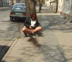 赤毛のお姉さんが人通りのある歩道や公園で野外放尿の画像