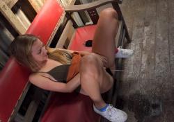 ベンチに座って放尿後にオナニーする金髪の女性の画像