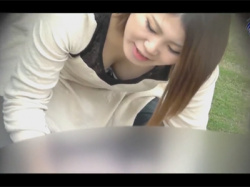 【胸チラ盗撮動画】公園で胸元がゆるゆるの服を来た幼児連れの若いママさん達の前かがみ胸チラをたくさん収穫する!の画像