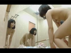 【着替え盗撮動画】バレエの練習を終えたお姉様が鏡張りの更衣室で裸になりワキ汗を拭いて制汗スプレーを腋下にふってお着替え!の画像