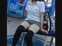 【パンチラ盗撮動画】ゲームセンターの椅子に座るニーソックスにミニスカートの腐女子大学生がガッツリとパンチラをさらけ出す!の画像