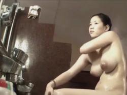 【風呂盗撮動画】ロケットおっぱいの巨乳お姉さんが重そうな胸や裸を隠し撮りされているとは知らず身体をもみ洗いする!の画像