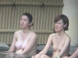 【風呂盗撮動画】ムチムチとした身体の妊婦さんを露天風呂で隠し撮り!日焼け跡のある身体と母乳でパンパンに張ったおっぱいがエロい!の画像
