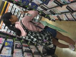 【JCぶっかけ盗撮動画】ツタヤで見かけた私服の少女をおかずにチンポをシゴいて「出る!精液出る!」と言いながらズボンにザーメンをぶっかけ!の画像