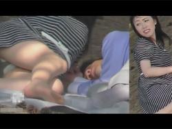 【パンチラ盗撮動画】旦那と公園にピクニックに来ていた奥様がレジャーシートに寝転んで寛いでいたところの羽付きパンチラを隠し撮りする!の画像