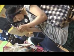 【JK逆さ撮り盗撮動画】絶対領域がエッチなニーソのバンギャ系JKのパンツの逆さ撮りと前屈みの貧乳胸チラをショッピングモールで撮影する!の画像