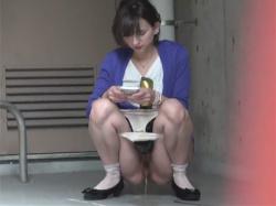 【野ション盗撮動画】すぐ近くにトイレがない!私服のお姉さんや泥酔したOLや制服JKが駐車場や路上や公園でこっそり野外放尿!の画像