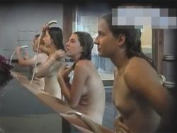 【風呂盗撮動画】日本に観光に着ていた白人グループを温泉で発見!洗い場や湯船や脱衣所と追いかけて裸を撮影した女性撮り師!の画像