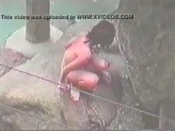 【風呂盗撮動画】少女が露天風呂に入浴中に尿意を催した瞬間を撮影!岩場に移動してしゃがみ込みオシッコを撒き散らす!の画像