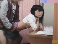 【JCレイプ盗撮動画】勉強しないJCにキレた家庭教師が発育著しいスポブラの胸を揉み倒し幼気なおまんこをチンポレイプ!の画像