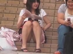 【パンチラ盗撮動画】太ももムチムチちょいブスのミニスカ私服JKの座りパンモロを立ち上がるまで撮り続ける!の画像