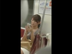 【胸チラ盗撮動画】胸元が開いた服の40代半ばのおばさんを電車で発見!ドア付近に座っていたので近寄り見下ろすように胸チラを隠し撮り!の画像