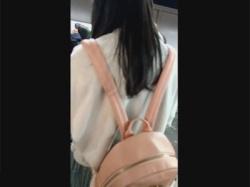 【痴漢盗撮動画】JR京葉線の電車で私服女子校生を痴漢!生チンポをスカートにこすり付けパンツに手を突っ込んで手マン責め!の画像