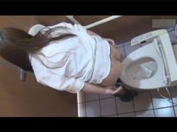 【トイレ盗撮動画】色んな場所の洋式トイレを頭上から撮影!真上は盲点で誰も気付かずおしっこをしたおまんこをティッシュで拭き拭き…!の画像
