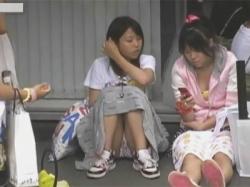 【パンチラ盗撮動画】女子校生やJCの座り対面パンチラを大量に街撮り!カラフルな下着や清純な下着のデルタゾーンがいっぱい!の画像