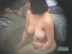 【露天風呂盗撮動画】40歳以上の熟女おばさんたちが大量!露天風呂でくたびれた身体や萎んだおっぱいを隠し撮り!の画像