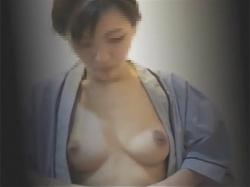 【病院盗撮動画】貧乳から巨乳まで…!若い素人女性たちがレントゲン撮影を受けるためにノーブラになり検査着に着替える様子を隠し撮り!の画像