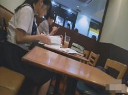 【トイレ盗撮動画】カフェで勉強していた優等生風のセーラー服JKのトイレの様子を真横アングルから隠し撮り!の画像