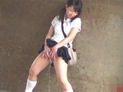 【潮吹きオナニー盗撮動画】発情する女子校生たち…!体操服のJKや夏用制服のJKが野外で潮を撒き散らしマスターベーション!の画像