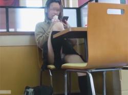 【JKパンチラ盗撮動画】ケンタッキーで小腹を満たすお行儀の悪いミニスカのギャルJKのパンチラをバレないように店内で隠し撮り!の画像