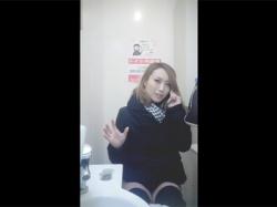 【トイレ盗撮動画】コンビニのトイレに隠しカメラを設置し用を足している女性の顔やティッシュでおまんこを拭く様子を撮る!の画像