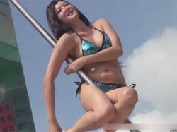 【ポールダンス盗撮動画】ムチムチのポールダンサーのおまんこをズーム撮り!布面積の小さいTバックから大陰唇がはみ出そう…!の画像