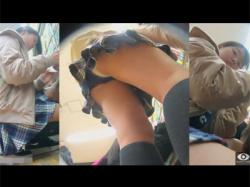 【JC逆さ撮り盗撮動画】目線いただきました…!本屋で立ち読みする安っぽい服装の私服JCの純白下着を逆さ撮り!の画像
