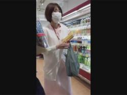 【逆さ撮り盗撮動画】お昼休憩にスーパーに昼ごはんを買いに来た歯科助手の白と青の可愛い横縞パンツを逆さ撮り!の画像