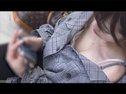【胸チラ盗撮動画】駅のホームの椅子に座る女子大生を発見!胸元の空いた服だったので上から覗き込むと乳首や色白いおっぱいが丸見え!の画像