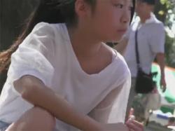 【パンチラ盗撮動画】ショーパンの隙間からJCのロリ綿パンを撮る!あえて難しい被写体に挑戦する上昇志向な盗撮師!の画像