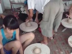 【JS胸チラ盗撮動画】左下の少女に注目!陶芸体験をする健康美なポニーテールガチロリ少女のノーブラの胸がチラリ…!の画像