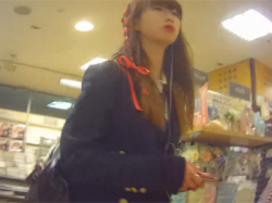 【JK逆さ撮り盗撮動画】LOFTでバンギャっぽいミニスカの女子高生に狙いを定めて逆さ撮りしツルテカ生地の白パンツの撮影に成功!の画像