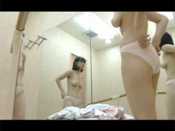 【着替え盗撮動画】鏡張りのバレエ教室の更衣室に隠しカメラを設置!やや垂れ気味おっぱいのお姉さんの生まれたままの姿を撮る!の画像