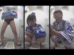 【トイレ盗撮動画】浴衣の女性で溢れかえる夏祭り会場付近のトイレを隠し撮り!浴衣を着た若いおなごが器用にオシッコ!の画像