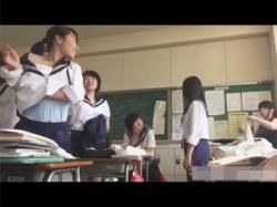【着替え盗撮動画】JCがセーラー服から体操服へ…!学校の教室でガチ着替えするJCたちを隠し撮りした神動画!の画像