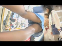 【逆さ撮り盗撮動画】ショッピングモールで育ちの良さそうなミニスカに黒パンストの私服JKの下着を逆さ撮りする!の画像