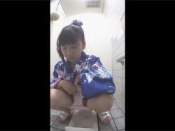 【和式トイレ盗撮動画】10代や20代の浴衣女子が大量!浴衣の裾やパンティにオシッコを引っ掛けないように上手に放尿する女子たち!の画像