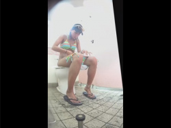 【公衆便所盗撮動画】海水浴場近くにある公衆便所を隠し撮り!ビキニギャルの放尿姿や個室で着替えるギャルが大量です!の画像