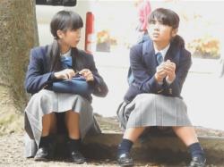 【JC座りパンチラ盗撮動画】公園で校外学習中の制服イモJCを発見!恥じらいはないようでスカートの中が丸見え状態の少女たち!の画像