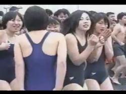 【寒中水泳盗撮動画】とある場所での寒中水泳行事に行き競泳水着姿のJKやスクール水着のJCを撮影!の画像