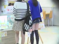 【パンチラ盗撮動画】JCのメッカであるショッピングモールのフードコートでヒョウ柄ミニスカの私服JCのムチムチ生足とシマシマ綿パンツを盗撮!の画像