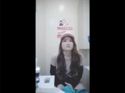 【トイレ盗撮動画】コンビニの洋式便所を対面撮り!オシッコをした後におまんこをティッシュで拭き取る若いギャルの恥ずかしい姿が大量です!の画像
