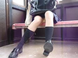 【JKパンチラ盗撮動画】駅のホームにあるガラス張りの部屋にいたミニスカ生足JKをこっそり隠し撮りし一瞬映る純白下着を撮る!の画像