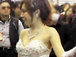 【キャンギャル盗撮動画】東京オートサロンで衣装サイズが合わずに乳首が丸見えなコンパニオンを隠し撮りwwの画像